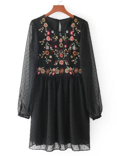 Gesmocktes Kleid mit Stickerein Detail und Netzstoff auf den Ärmeln