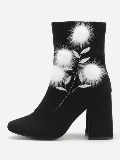 Stiefel mit Pompon und Block Heeled