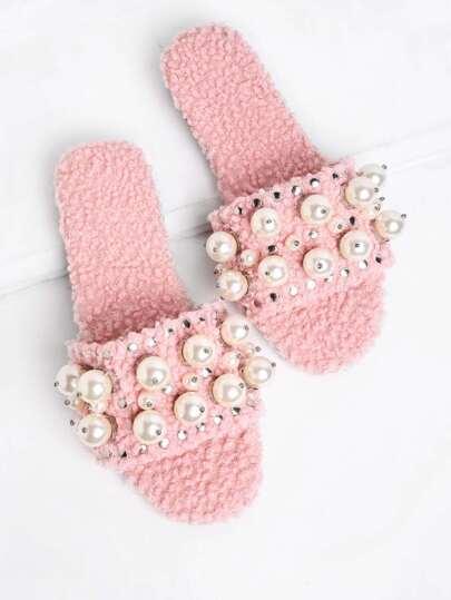 Pantoufles plates décorées des perles fausses et des granules