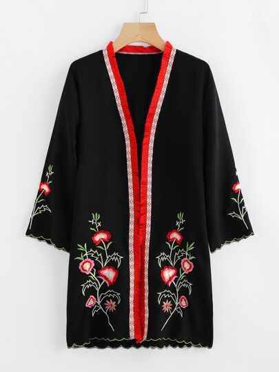 Kimono con ribete festoneado de bordado con borlas