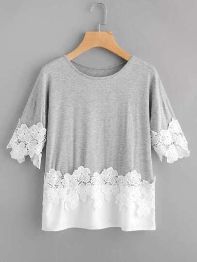 T-shirt con applique all\'uncinetto a contrasto