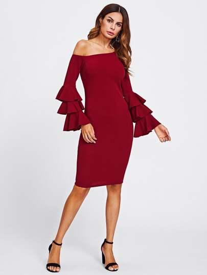 Kleid mit asymmetrischem Schutler und mehrlagigen Glockärmeln