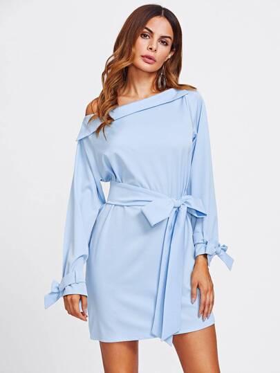 Kleid mit asymmetrischen Schultern und Gürtel