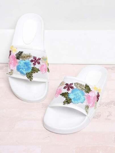 Sandales brodées des fleurs