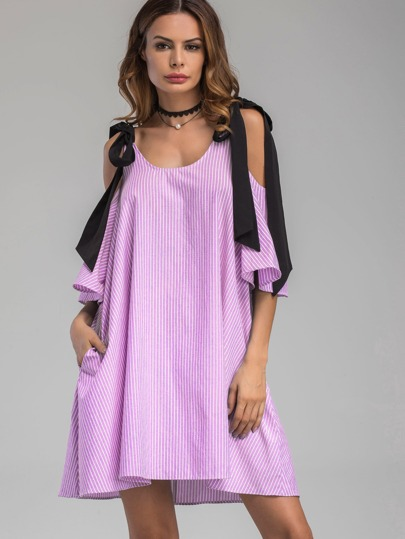 Vestido de rayas verticales con lazo anudado al hombro en contraste