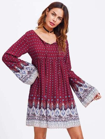 Kleid mit Muster und Halsband