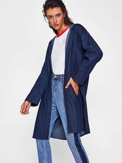 Manteau en jeans encapuchonné avec la chute de l\'épaule