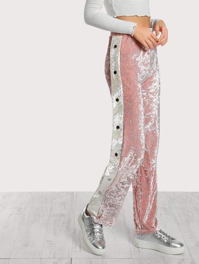 Pantalones de terciopelo con botón lateral en contraste