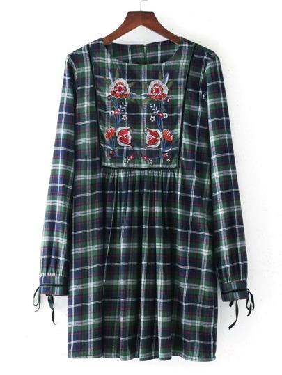 Модное клетчатое платье с цветочной вышивкой