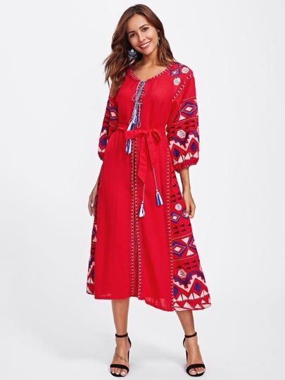 Vestido con abertura con lazo con diseño bordado