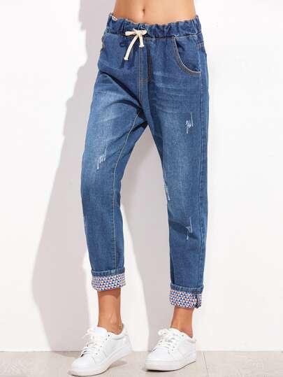 Jeans avec des replis et une ceinture