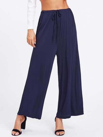 Jeans jambe large avec une ceinture