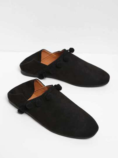 Flache Schuhe mit Pompons