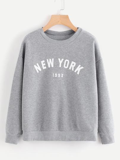 Pullover mit Buchstabenmuster und sehr tief angesetzter Schulterpartie