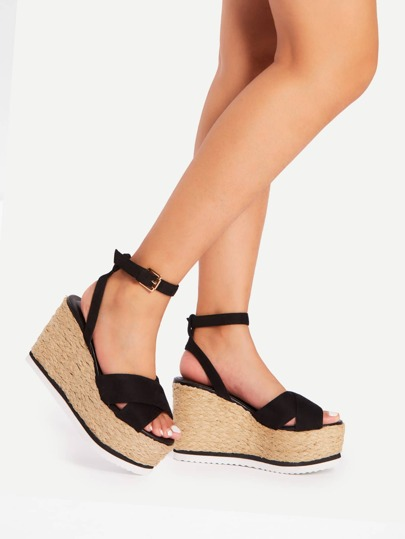Sandales en coin croisées tissées