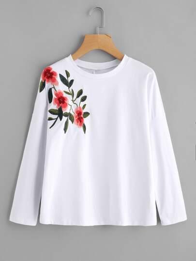 T-Shirt mit sehr tief angesetzter Schulterpartie und Blumen Stickereien