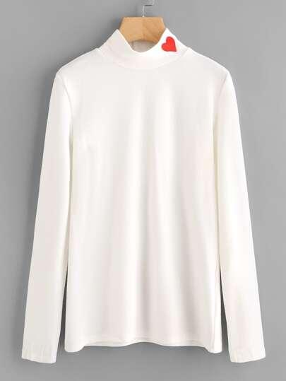 Camiseta con cuello alto y parche de corazón