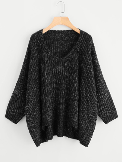 Übergroßer Pullover mit sehr tief angesetzter Schulterpartie und abfallendem Saum