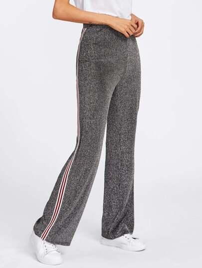 Hose mit Streifen und Band auf den Seiten