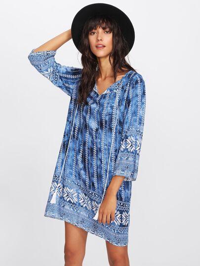 Модное платье с принтом и V-образным вырезом