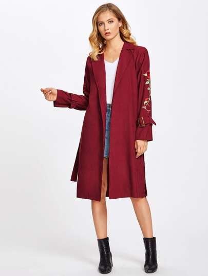 Manteau avec ceinture de taille et manchette avec pièce de rose brodé