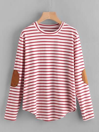 T-Shirt mit Ellenbogenflecken und Falten