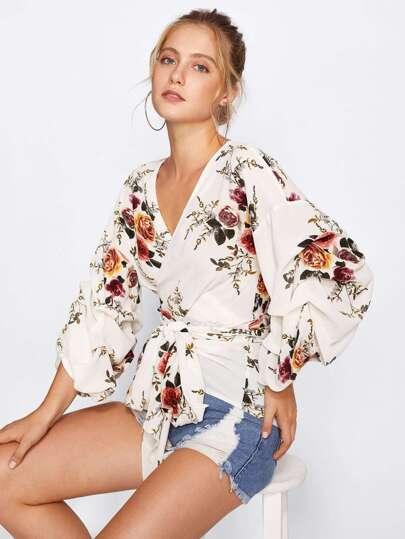Blusa cruzada con manga fruncida con estampado de flor