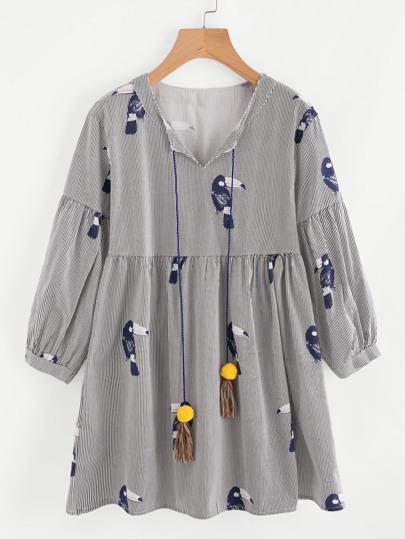 Vestido muñeca con estampado de cálao de cuello con cordón con pompones y fleco