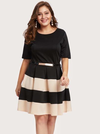 Kleid mit weiten Streifen, Tailleband und Plissee