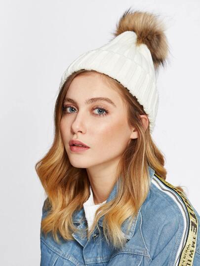 Chapeau tricoté avec pompon en fourrure fausse