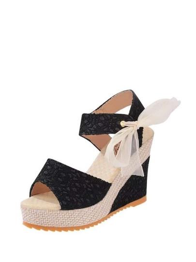 حذاء كعب عالي أسود اللون و اطراف بنية اللون بطراز حديث و جذاب