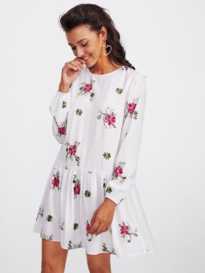 Kleid mit Pflanzen Stickereien und sehr tief angesetzter Taillepartie