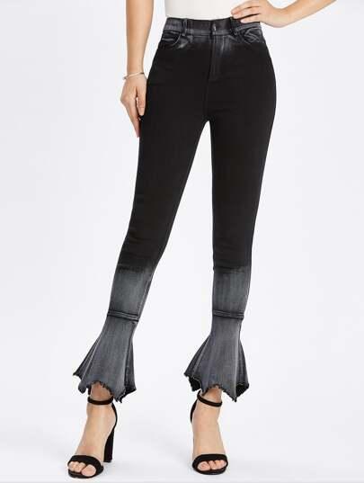 Ausgebleichte ungesäumte ausgestellte Jeans