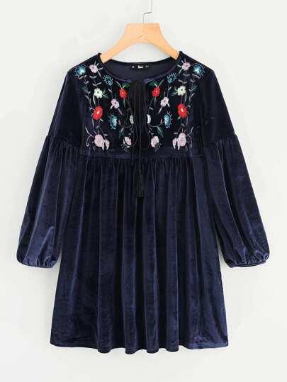 Vestido de terciopelo con bordado botánico con cordón