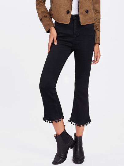 Ausgestellte Jeans mit Pompons um den Saum