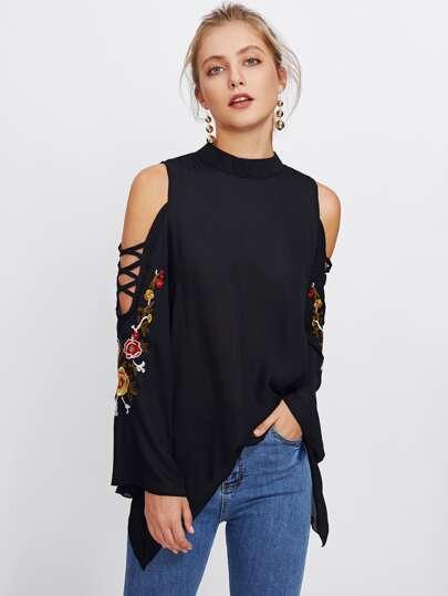 Schulterfreie Bluse mit Kreuzgurte, Stickereien und Glockärmeln
