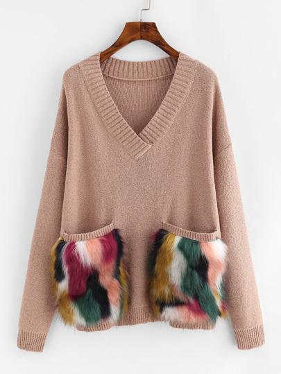 Pullover mit Tasche aus Kunstpelz und sehr tief angesetzter Schulterpartie