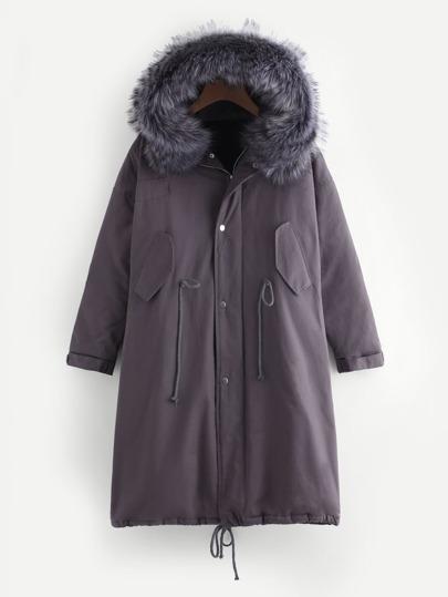 Abrigo con ribete de piel sintética y cordón