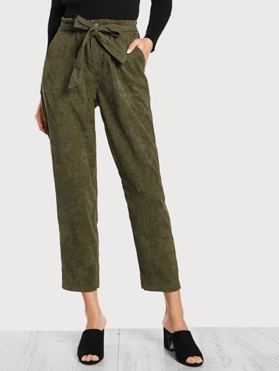 Pantalones con detalle de bolsillo y cinturón