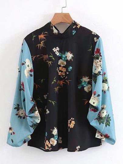 Blusa floral con manga en contraste