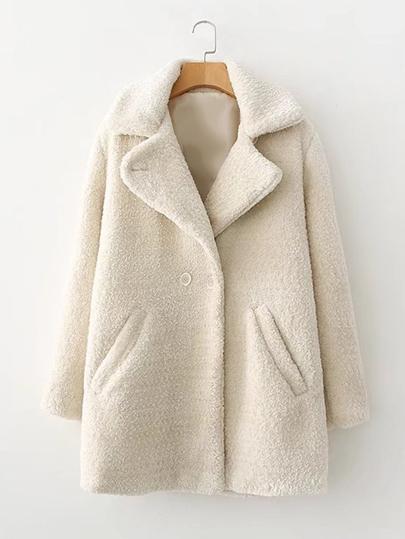 Manteau avec fourrure fausse et double rangées des boutons
