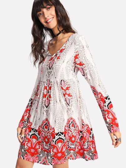 Kleid mit Band auf dem Ausschnitt und aufwendigem Muster