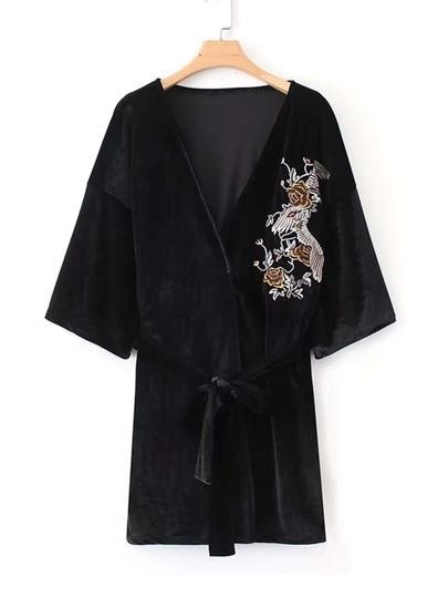 Kimono de terciopelo con lazo bordado de flor
