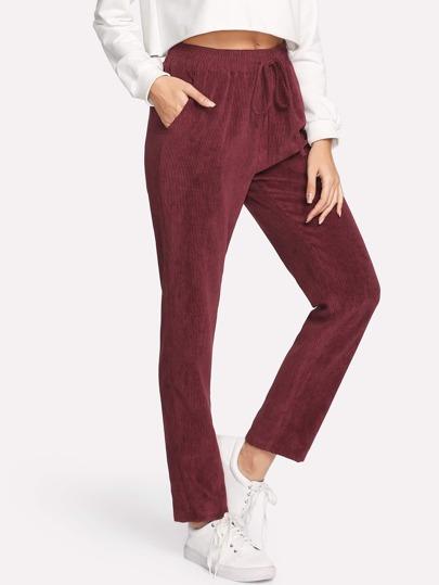 Pantalones con bolsillo en la parte lateral