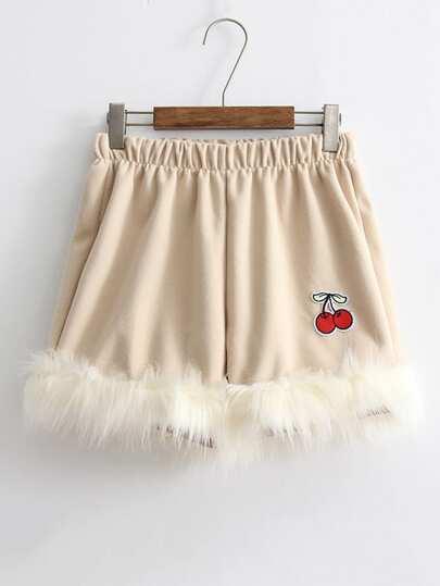 Pantaloncini con patch in pelliccia sintetica