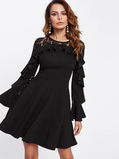 Kleid mit Spitzen und Schößchensaum
