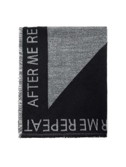 Модный шарф с текстовым принтом