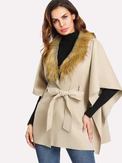 Cappotto Poncho con bordi in pelliccia sintetica