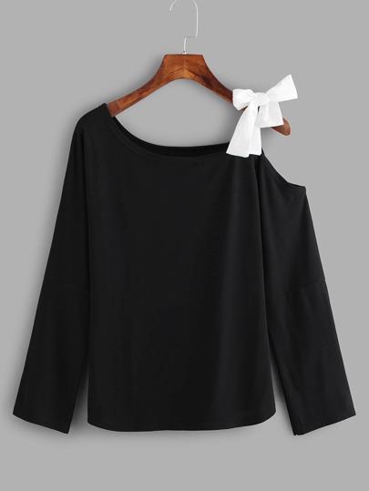 T-Shirt mit Knoten und asymmetrischem Ausschnitt