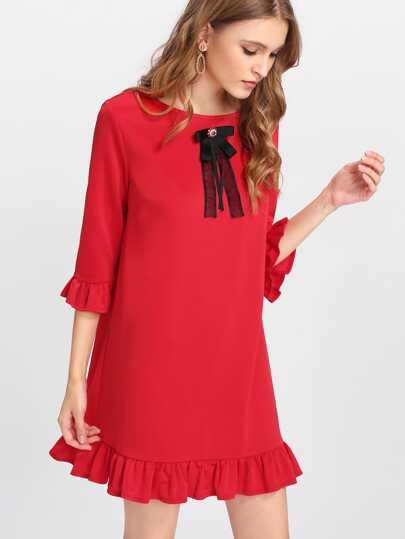 Vestido con adorno de lazo y pedrería
